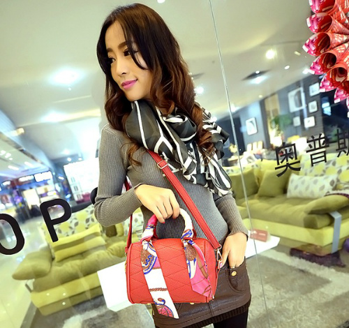 B1090 IDR.175.000 MATERIAL PU SIZE L17XH13XW10CM WEIGHT 650GR COLOR RED