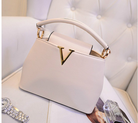 B1093 IDR.195.000 MATERIAL PU SIZE L20-24XH15XW10CM, STRAP 120CM WEIGHT 700GR COLOR WHITE