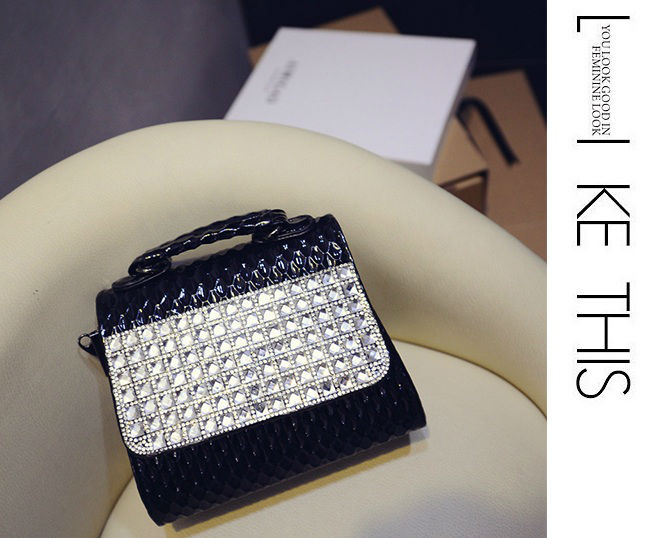 B1109 IDR.178.000 MATERIAL PU SIZE L16-18XH15XW7CM WEIGHT 550GR COLOR BLACK