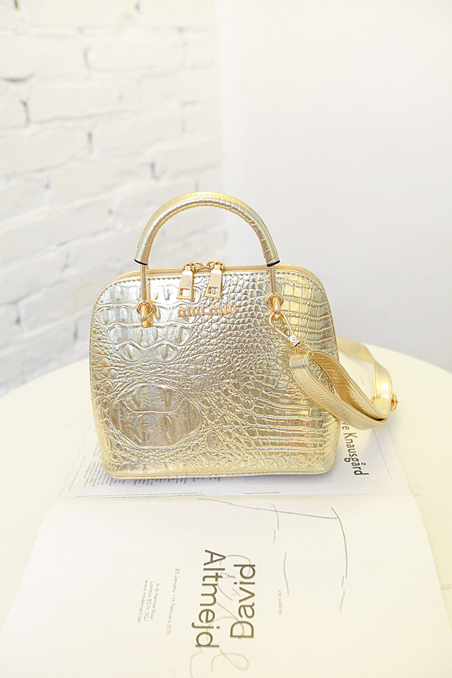 B1145 IDR.175.000 MATERIAL PU SIZE L18XH21XW10CM WEIGHT 650GR COLOR GOLD