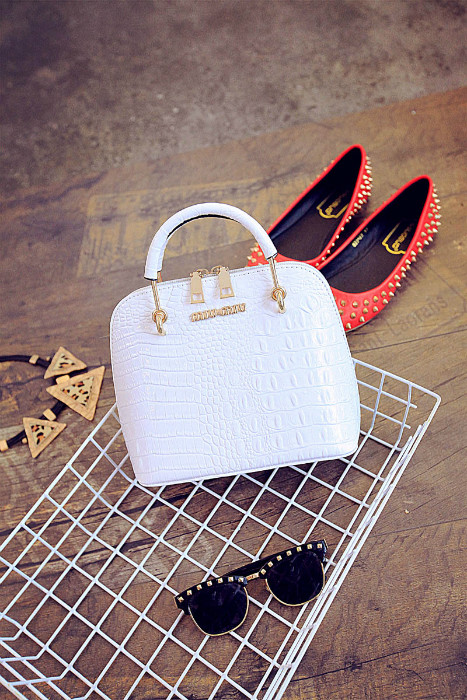 B1145 IDR.175.000 MATERIAL PU SIZE L18XH21XW10CM WEIGHT 650GR COLOR WHITE