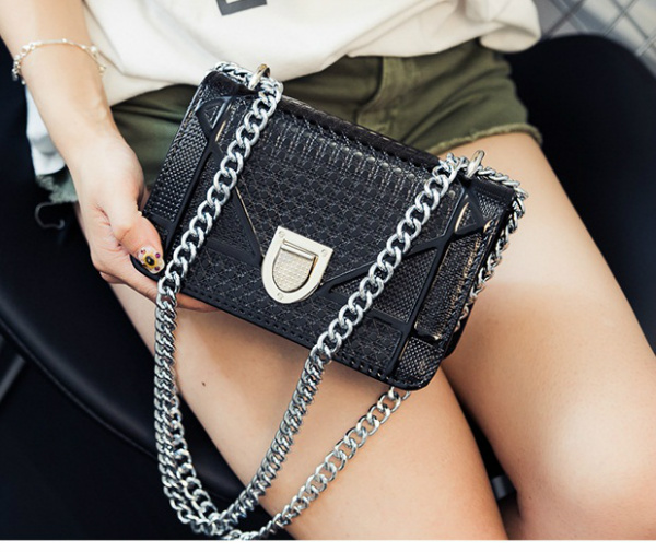 B1341 IDR.168.000 MATERIAL PU SIZE L19XH13XW8CM WEIGHT 550GR COLOR BLACK