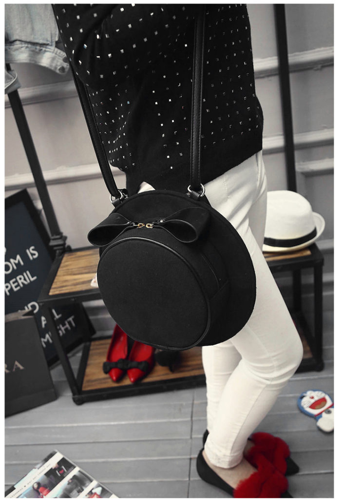 B1426 IDR.147.000 MATERIAL VELVET SIZE L28XH28XW8CM WEIGHT 600GR COLOR BLACK