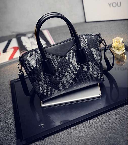 B1694 IDR.186.000 MATERIAL PU SIZE L26XH22XW14CM WEIGHT 700GR COLOR BLACK