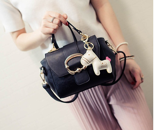 B1982 IDR.178.000 MATERIAL PU SIZE L22XH15XW9CM WEIGHT 700GR COLOR BLACK