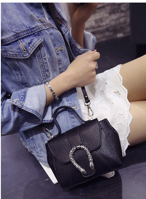 B2025 IDR.155.000 MATERIAL PU SIZE L18XH14XW9CM WEIGHT 550GR COLOR BLACK