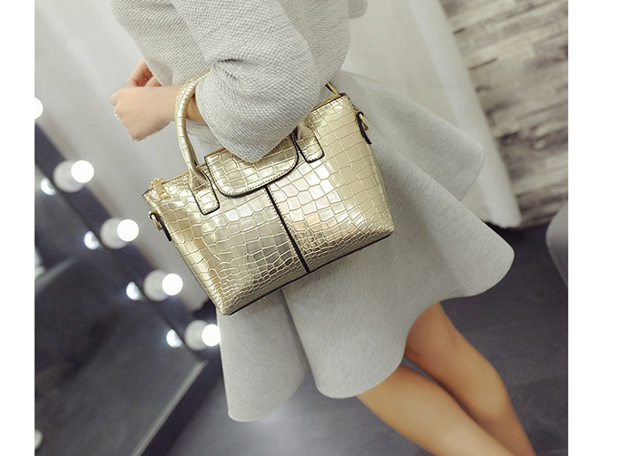 B2083 IDR.168.000 MATERIAL PU SIZE L20-26XH17XW10CM WEIGHT 700GR COLOR GOLD