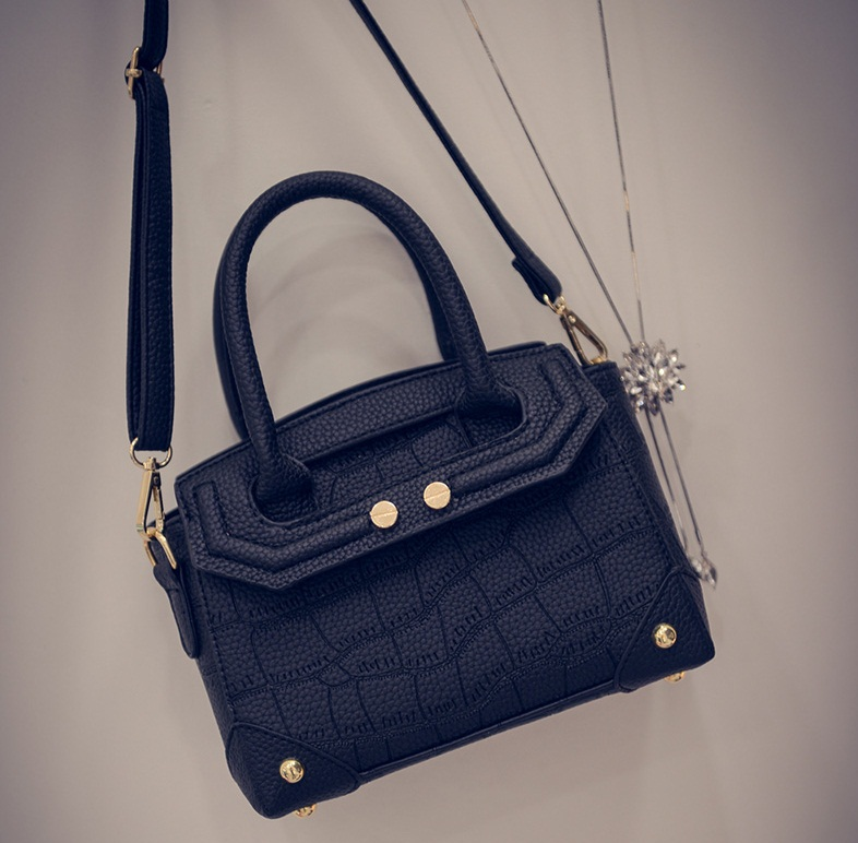 B2093 IDR.180.000 MATERIAL PU SIZE L21XH16XW11CM WEIGHT 700GR COLOR BLACK