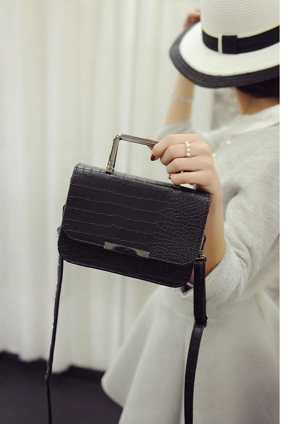 B2122 IDR.153.000 MATERIAL PU SIZE L19XH13XW7CM WEIGHT 500GR COLOR BLACK