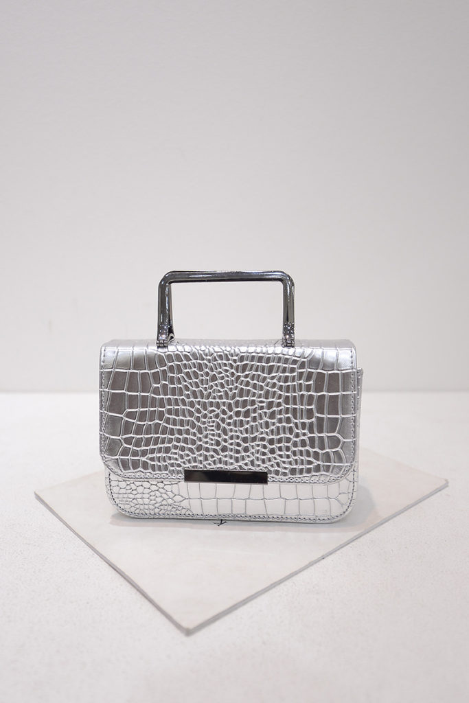 B2122 IDR.153.000 MATERIAL PU SIZE L19XH13XW7CM WEIGHT 500GR COLOR SILVER
