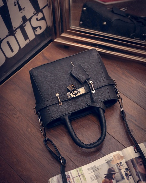 B27003 IDR.162.000 MATERIAL PU SIZE L23XH17XW9CM WEIGHT 600GR COLOR BLACK