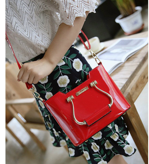 B27624 IDR.170.000 MATERIAL PU SIZE L22XH15XW9CM WEIGHT 600GR COLOR RED