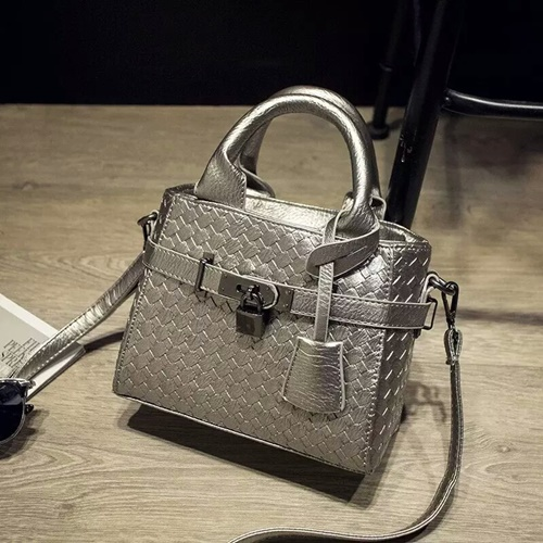 B3021 IDR.175.000 MATERIAL PU SIZE 20XH17XW10CM WEIGHT 550GR COLOR SILVER