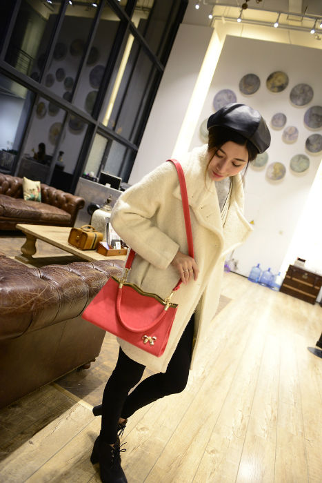 B304 IDR.175.000 MATERIAL PU SIZE L26-29XH18XW10CM WEIGHT 700GR COLOR RED