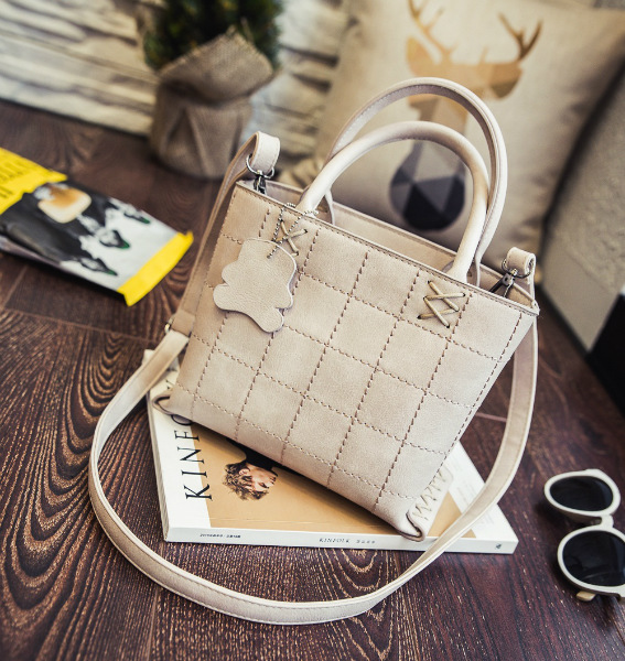 B3434 IDR.182.000 MATERIAL PU SIZE L23XH18XW12CM WEIGHT 700GR COLOR BEIGE