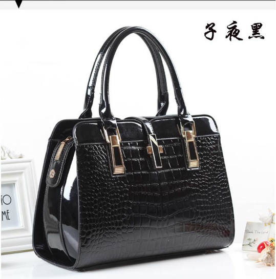 B3560 IDR.214.000 MATERIAL PU SIZE L33XH25XW15CM WEIGHT 900GR COLOR BLACK