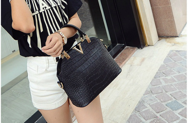 B437 IDR.159.000 MATERIAL PU SIZE L27XH22XW11CM WEIGHT 600GR COLOR BLACK