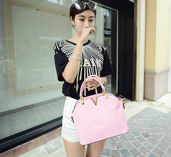 B437 IDR.178.000 MATERIAL PU SIZE L27XH22XW11CM WEIGHT 600GR COLOR PINK