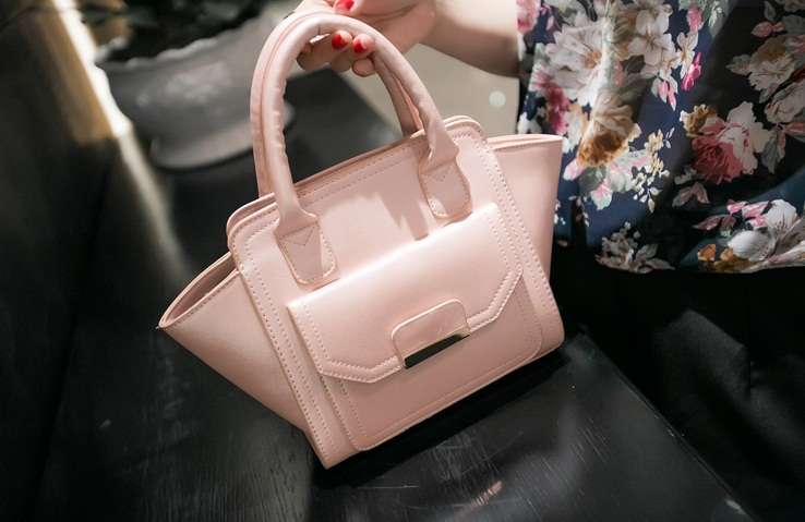 B469 IDR.197.000 MATERIAL PU SIZE L20XH20XW8CM WEIGHT 700GR COLOR PINK.jpg