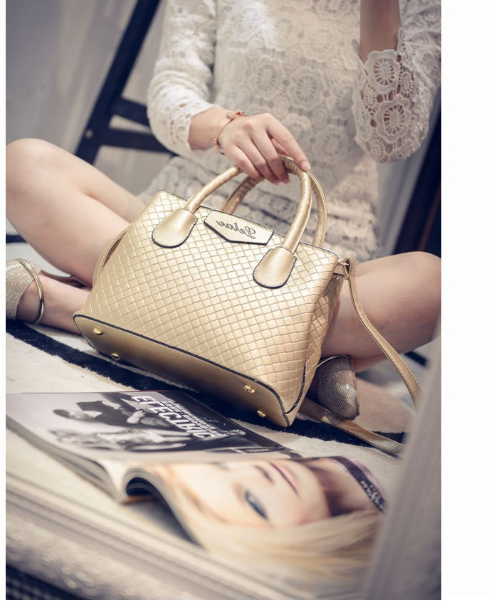 B474 IDR.195.000 MATERIAL PU SIZE L24XH18XW11CM WEIGHT 700GR COLOR GOLD