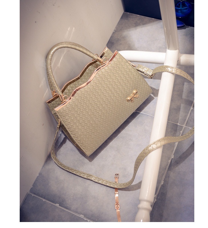 B475 IDR.180.000 MATERIAL PU SIZE L30XH29XW9CM WEIGHT 800GR COLOR GOLD