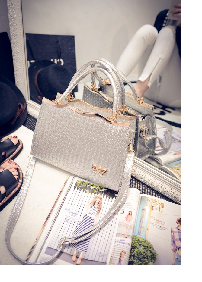 B475 IDR.180.000 MATERIAL PU SIZE L30XH29XW9CM WEIGHT 800GR COLOR SILVER