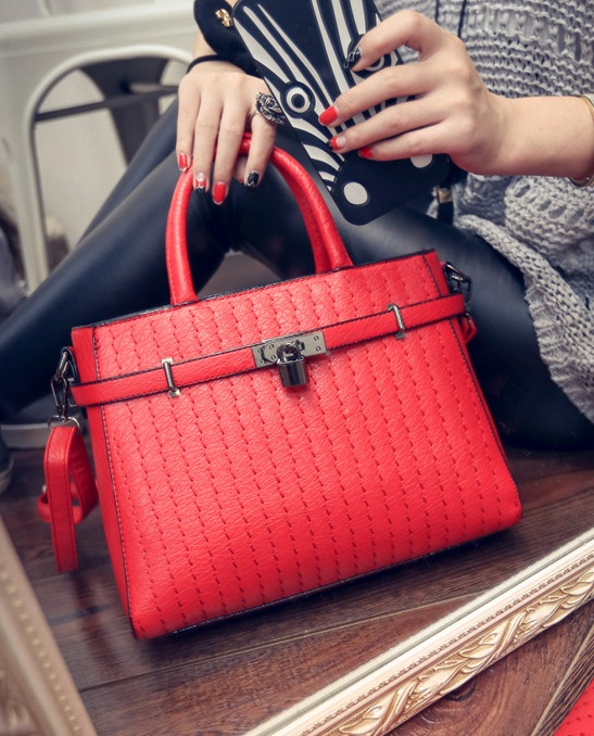 B554 IDR.198.000 MATERIAL PU SIZE L31XH23XW14CM WEIGHT 800GR COLOR RED