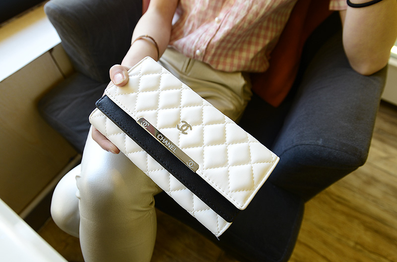 B6089 IDR.173.000 MATERIAL PU SIZE L19XH10XW3CM WEIGHT 400GR COLOR WHITE