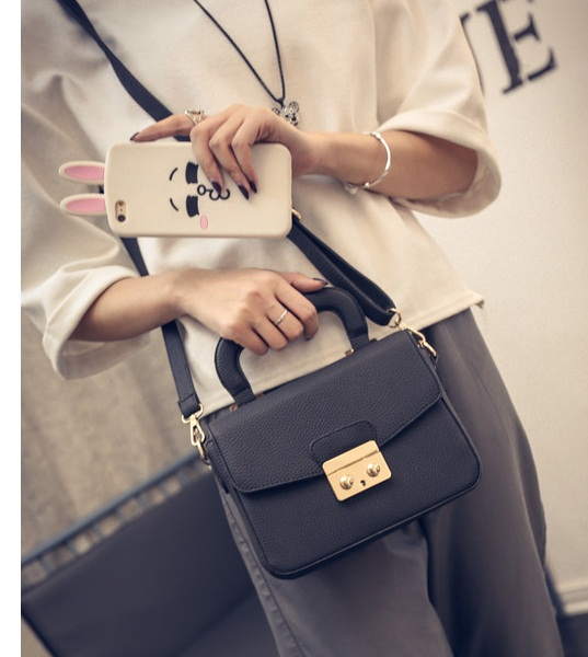 B7005 IDR.162.000 MATERIAL PU SIZE L21XH15XW7CM WEIGHT 650GR COLOR BLACK
