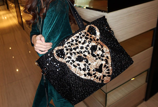 B7301 IDR.153.000 MATERIAL PU+SEQUIN SIZE L46XH31XW11CM,STRAP100CM WEIGHT 700GR COLOR ASPHOTO