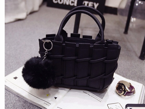 B8090 IDR.167.000 MATERIAL PU SIZE L22XH16XW9CM WEIGHT 700GR COLOR BLACK