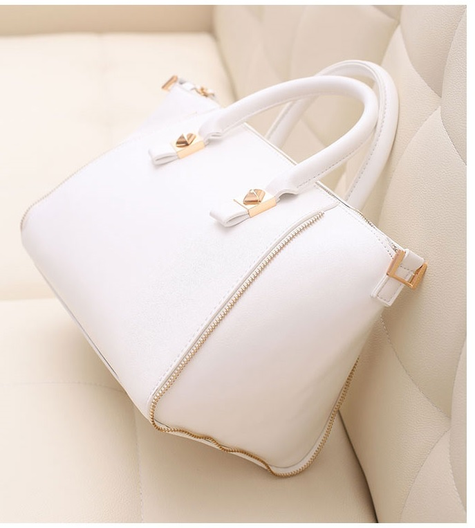 B8256 IDR.205.000 MATERIAL PU SIZE L28XH22XW17CM, STRAP 117CM WEIGHT 700GR COLOR WHITE