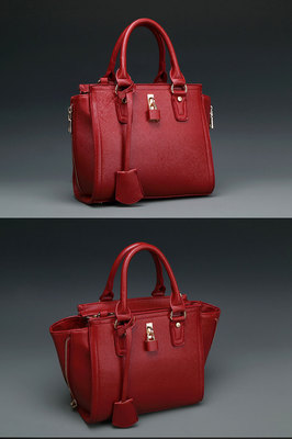 B8385 IDR.190.000 MATERIAL PU SIZE L24XH22XW10CM WEIGHT 800GR COLOR RED