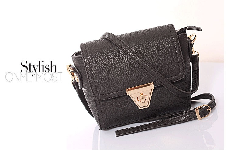 B8404 IDR.169.000 MATERIAL PU SIZE L18XH14XW6CM WEIGHT 450GR COLOR BLACK