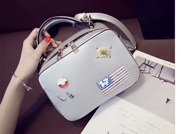 B8826 IDR.186.000 MATERIAL PU SIZE L26XH15XW11CM WEIGHT 700GR COLOR WHITE