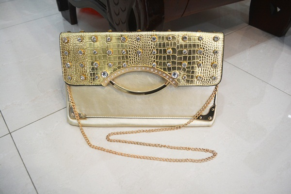 B8880 IDR.165.000 MATERIAL PU SIZE L32XH20CM WEIGHT 550GR COLOR GOLD