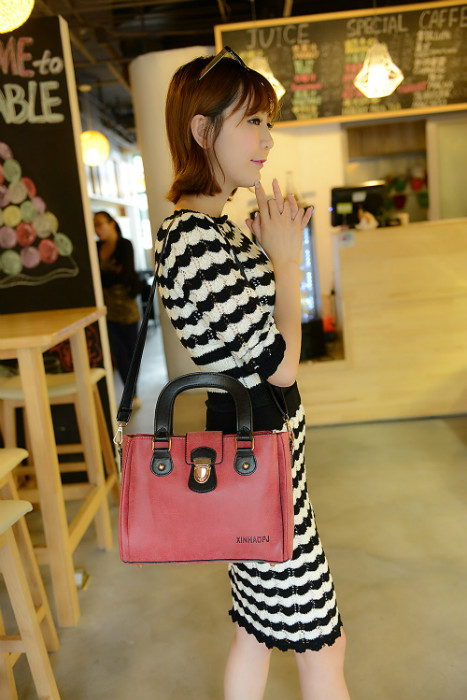 B978 IDR.195.000 MATERIAL MATTE PU SIZE L28XH20XW10CM WEIGHT 750GR COLOR RED