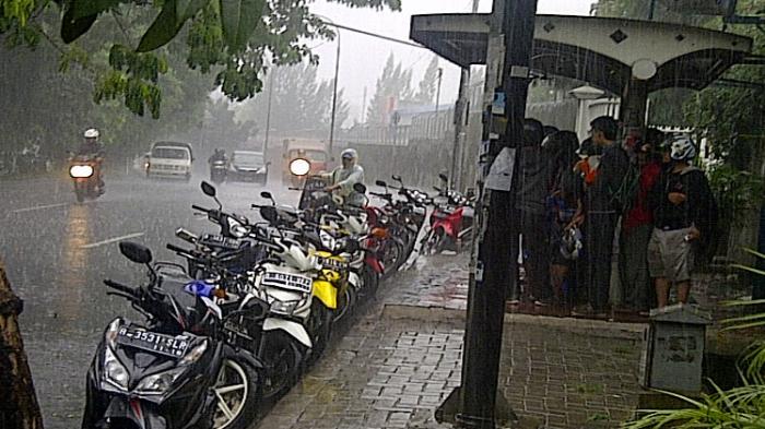 Sepeda Motor Bikers Tunggu Hujan Reda